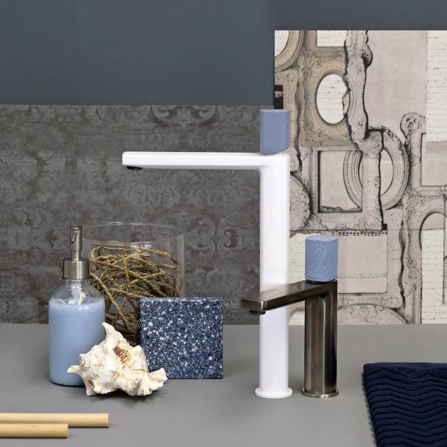 Stojánková umyvadlová baterie Haptic Oceano (Ritmonio), design Simone Miceli, ve více povrchových úpravách, betonová rukojeť ve více barvách, orientační cena 4 900 Kč, WWW.RITMONIO. IT