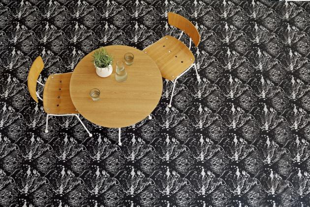 Funkčnost, snadná údržba a originální vzhled, to je sametový vinyl z kolekce Flotex Tibor v dekoru Atomic monochrome 980803