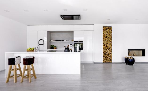 Kuchyň v provedení Exclusive (Sykora Home) se zafrézovanými úchytkami, lakovaná lesklá bílá dvířka v kombinaci se šedým betonem, bílá pracovní deska Crystal Absolute White, cena na dotaz, WWW.SYKORAHOME.CZ