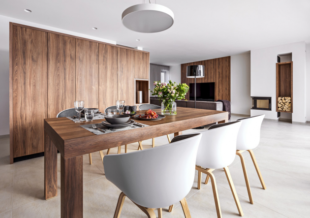 Jídelní stůl zhotovený na míru z pera architekta Kristena doplňuje šest částečně čalouněných plastových židlí (Hay) na dřevěných podnožích. Prostřeno je finské keramické nádobí z kolekce Kivi (Pentik), sklenice a prostírání z kolekce Saaga (Pentik)