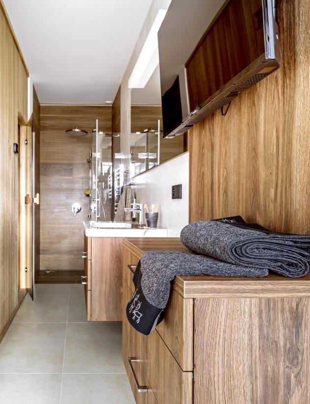 Finská sauna kombinovaná s infrasaunou v přízemí je součástí relaxačního prostoru se sprchovým koutem, umyvadlem a odpočívárnou