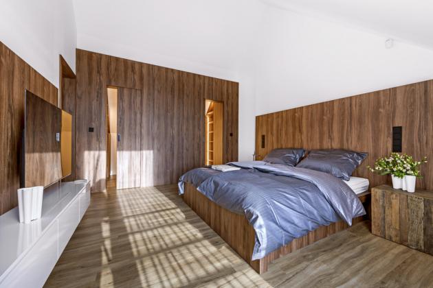Ložnice je vybavená nábytkem zhotoveným na míru podle návrhů architekta Michala Kristena. Zahrnuje dvě přímo navazující, ale prakticky oddělené šatny pro muže a ženu