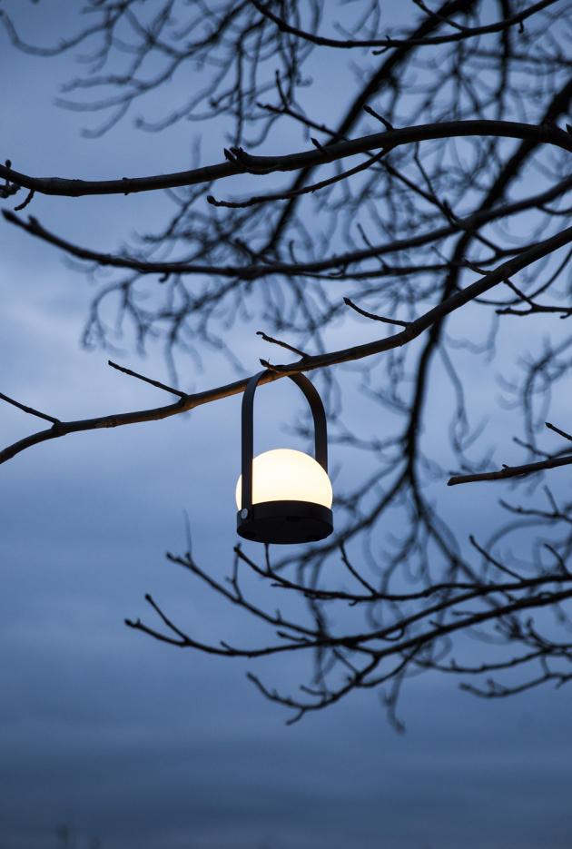 Přenosná lampa Carrie (Menu), sklo, práškově lakovaná ocel, USB nabíječka, výška 24,5 cm, O 13,5 cm, cena od 4 818 Kč, WWW.STOCKIST.CZ