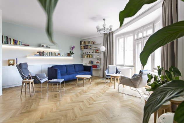 Pohovka výrazného odstínu byla vybrána záměrně, aby byla dominantním prvkem obývací zóny. Je doplněna o křesílka s odlehčenou kovovou základnou a o kávové stolky s autorským designem