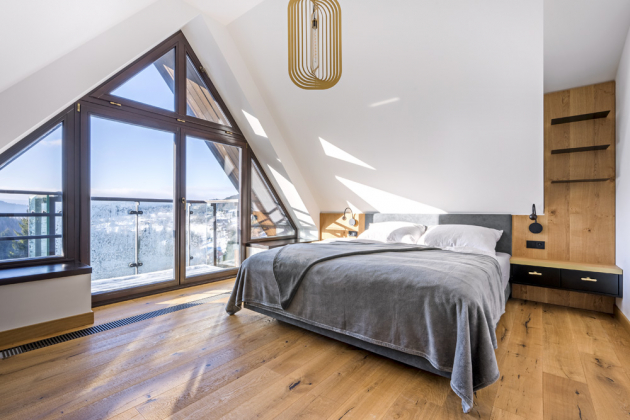 Obě ložnice spojuje obdobné provedení čel postelí z dubové dýhy a látky alcantara