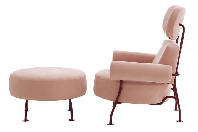 Astair (Ligne Roset), design Pierre Charpin, kovová konstrukce a textilní čalounění, 108 × 92 × 87 cm, výška sedu 42,5 cm, cena od 91 400 Kč, WWW.LIGNE-ROSET.COM