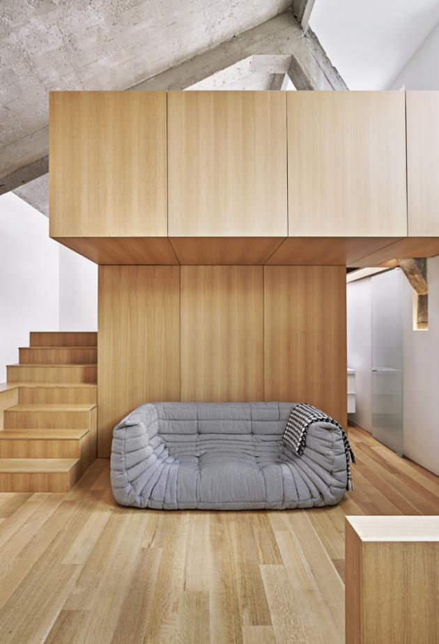 V mezaninu je pracovna i se sofa k odpočinku. V nejvyšším patře se nachází ložnice pro hosty a vstup na rozlehlou terasu
