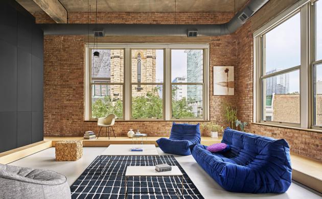 V interiéru je záměrně minimum volně stojícího nábytku, všechno jsou to však skutečné solitéry včetně slavné Eames Plastic Chair od Vitry, sofa Togo a křesla Ottoman od Ligne Roset nebo závěsného osvětlení Aim od výrobce Flos
