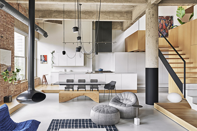 Speciální vestavěné moduly rozdělily prostor na jednotlivé funkční zóny a zároveň je vzájemně propojily. Toto architektonicky působivé řešení prostoru, jasné materiálové vymezení a důmyslné nasvícení zmírňují celkovou prostorovou dominanci, přičemž otevřenost a čistota zde zůstávají zachovány