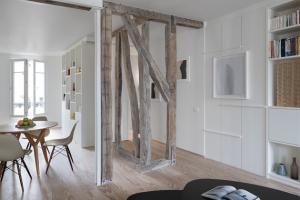Kombinací dvou pařížských bytů vznikl jedinečný domov pro rodinu.