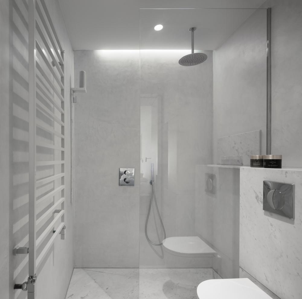 V koupelně je použit italský mramor Carrara a beton.