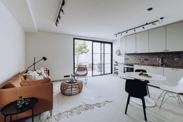 Obývací pokoj s kuchyní a jídelnou umístili vedle patia
