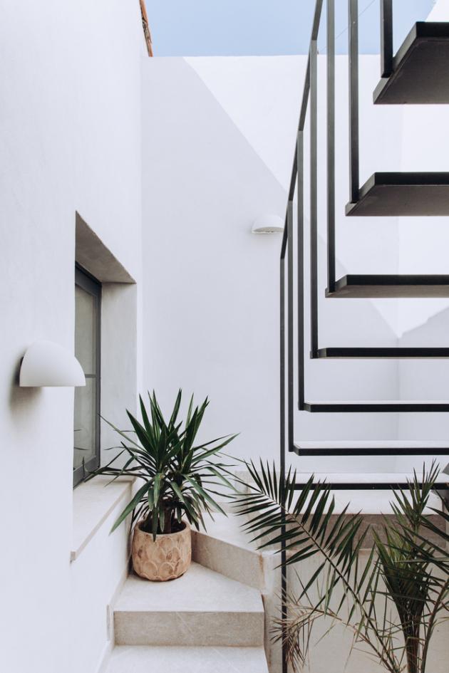 Kovové schodiště vedoucí na střešní terasu svenkovní kuchyní bylo vyrobené na míru.