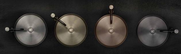 Kolekce umyvadel 316 od Gessi vizuálně i formou zpracování doplňuje kolekci baterií 316. Tato kolekce je určena pro instalaci na desku a je vyrobena z nerezové oceli. Zahrnuje výběr textur – broušená ocel, broušený černý kov, broušená měď a broušená ocel v teplém odstínu. Průměr umyvadla je 40 cm. Cena od 31 254 Kč, www.designbath.cz