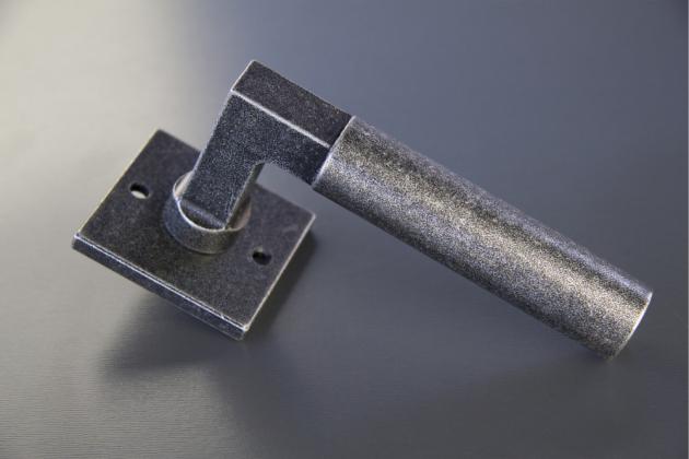 Kované kliky Cobra: dotek řemesla v moderním interiéru