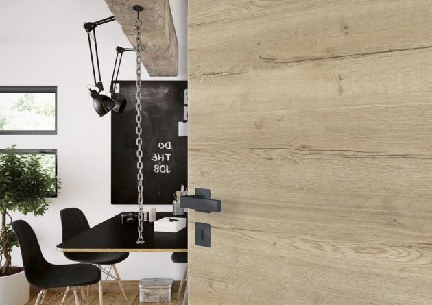 Křídlové dveře Prüm Standard s kováním v černém matu (Prüm), povrchová úprava CPL Touch, odstín Dub Atholz DQ, cena 3 300 Kč, WWW.PRUM.CZ