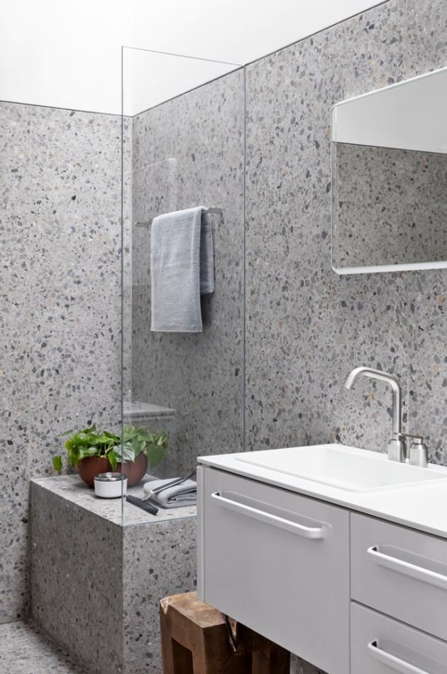 Velkoformátové obklady v koupelně vizuálně navazují na podlahu z litého terrazza