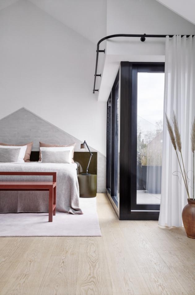 Jedna z ložnic v patře má k dispozici krytou terasu