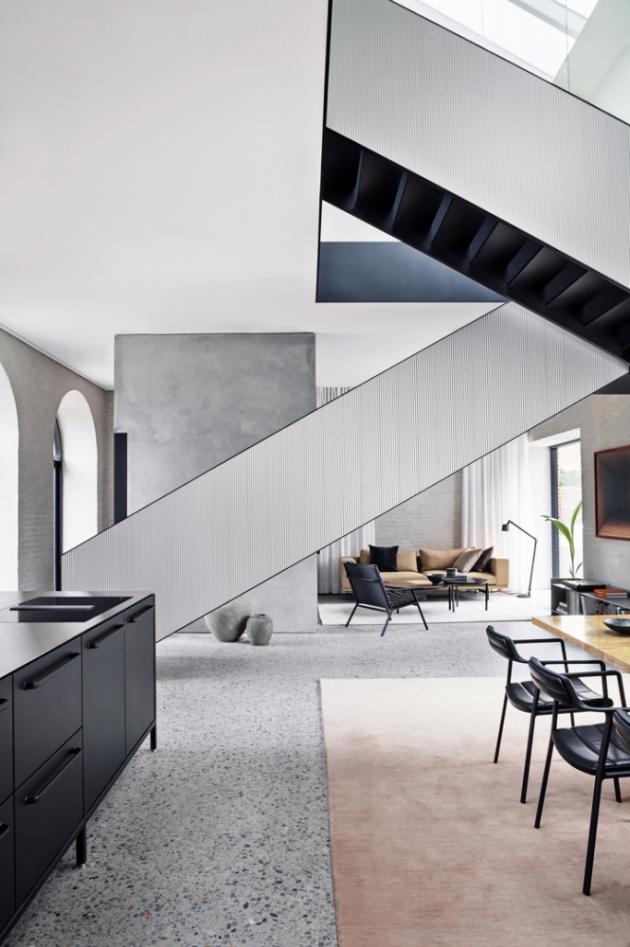 Geometricky dokonalé ocelové schodiště dominující celému prostoru má boky z profilovaného hliníku
