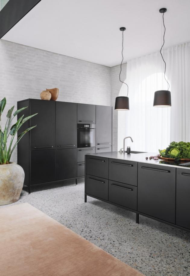 Ostrůvkový kuchyňský modul Vipp z kovu s černou práškovou barvou na povrchu umožňuje vaření v otevřeném prostoru