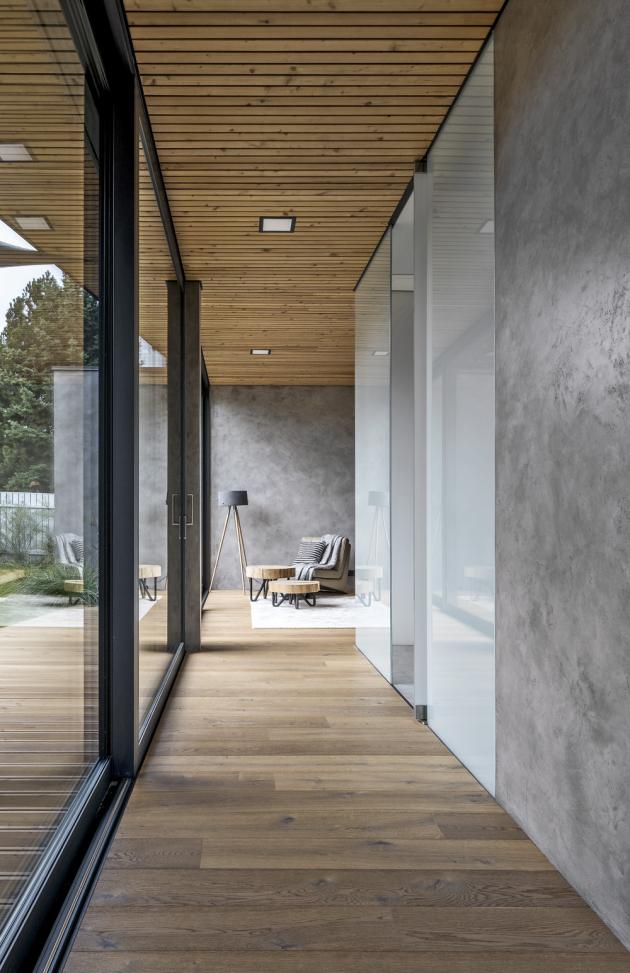 Interiér je dotažen k dokonalosti mimo jiné také prostřednictvím kvalitního masivního dubového dřeva. Exteriér pak vysoce odolným modřínem, který oproti dubu snese velké zatížení počasím