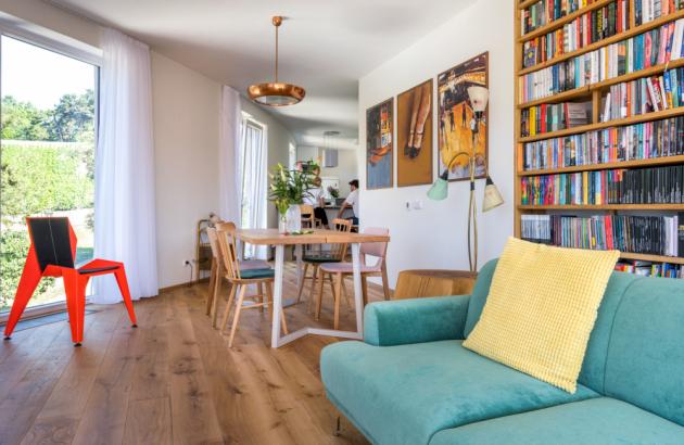 Interiér pražského bytu herce Lukáše Hejlíka je přitažlivý výjimečnou osobitostí. Reprezentuje zdařile vyvážený eklektický styl, který je živý i klidný zároveň. Odráží všehochuť života ve vší barevnosti stejně jako jeho věhlasná Gastromapa, kterou si oblíbili všichni zastánci dobrého jídla.