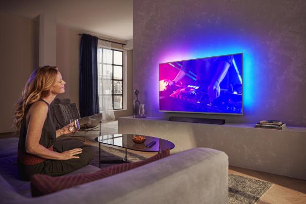 Nové Philips televize řady Performance dokonale kombinují špičkové technologie i vzhled a díky krásnému kovovému designu navíc vytvoří elegantní prvek každého interiéru.