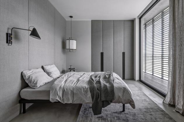 Ložnice je obložená panely potaženými hrubým lnem. Lněné jsou izávěsy apovlečení. Svým umístěním poskytuje lůžko skvělý výhled ven do zahrady