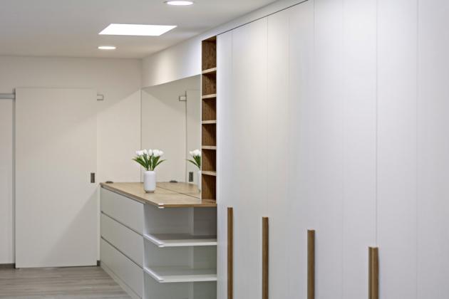 Designérka Bára Baštová dlouho hledala tapetu vhodnou pro tento interiér, nakonec navrhla vlastní