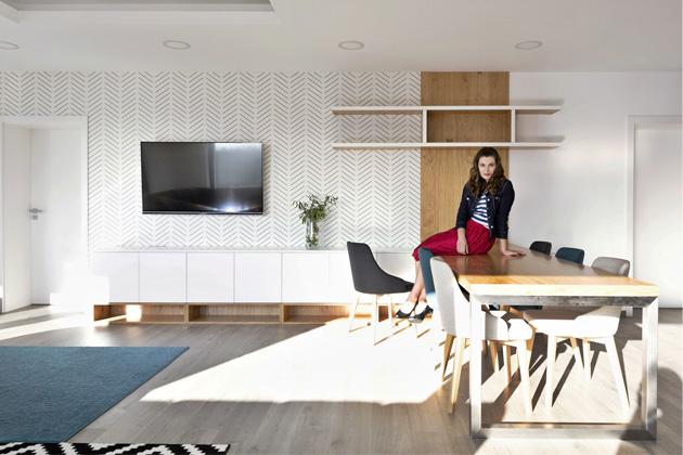 Protože hlavním požadavkem majitelů byla snadná údržba a nadčasovost, designérka zvolila klasickou kombinaci bílé barvy, dubového dřeva a imitace betonu. Tyto materiály se proplétají celým interiérem od koupelen přes pokoje až po kuchyni