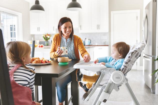 Sedící ratolest může pohodlně stolovat v jídelní židličce Joie Snacker 2in1.