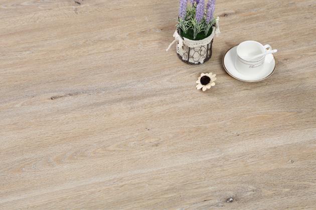 Vnabídce je 6 elegantních dekorů, které díky autentické povrchové struktuře Embossing Register téměř nerozeznáte od pravého dřeva, vinyl zároveň působí vinteriéru hřejivým přírodním dojmem.