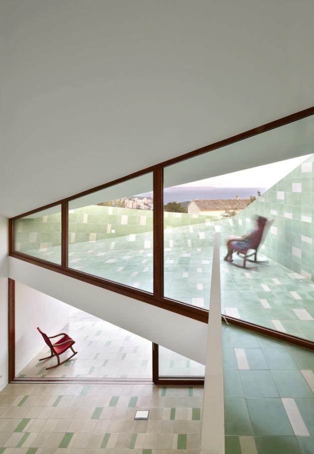 Nad obývacím pokojem se nachází zčásti krytá terasa.