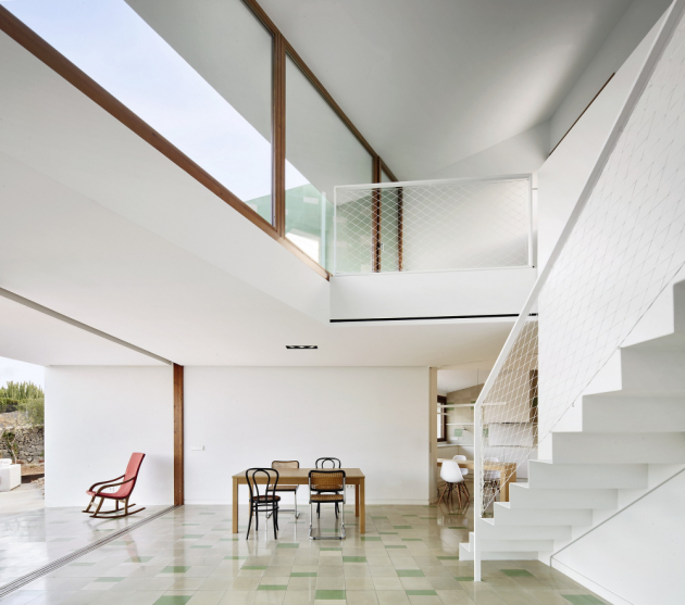 Součástí rozsáhlé stavby rozdělené do čtyř bloků je kuchyň, obývací pokoj s jídelnou, hlavní ložnice a pokoje pro hosty
