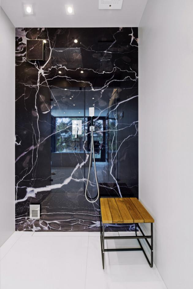 Specialitou sprchového koutu zhotoveného na míru je integrovaná parní sauna, která se v případě potřeby během několika minut zaplní horou párou