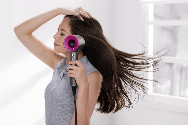 Vysoušeč vlasů Supersonic (Dyson), inteligentní regulace rychlosti a teploty, záporné ionty, digitální motor, cena 11 390 Kč, WWW.DYSON.CZ