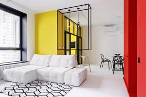 Bílá tvoří optimální základ pro výraznou barevnou kompozici inspirovanou dílem Pieta Mondriana. Geometrii konceptu podporují černé linky, použité na textilu inábytku