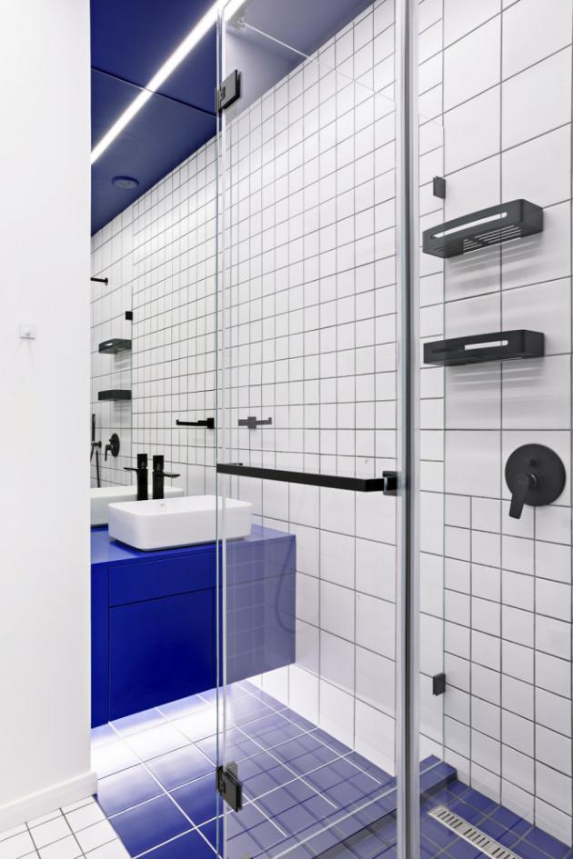 Samostatná toaleta kombinuje jednoduché čtvercové obklady včervené abílé