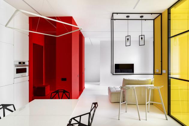 Interiér kombinuje jednotlivé funkční zóny azároveň je jasně vymezuje. Například vstupní část bytu je nekompromisně rudá, ložnice zase bezvýhradně žlutá včetně stropu apodlahy...