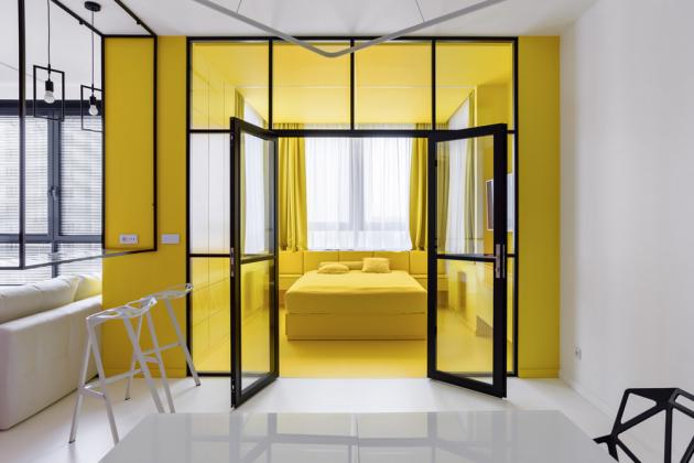 Sytá žlutá je pro ložnici neobvyklá barva. Majitelé jsou sní ale spokojeni, prý ivzhledem kdlouhým zimám, typickým pro Moskvu. Ráno zde čerpají energii adobrou náladu na celý den