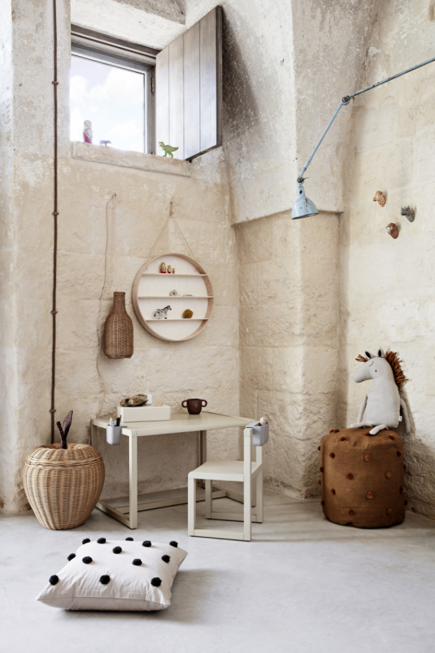 Stůl a židle Little Architect (Ferm Living), masivní jasanové dřevo alakovaná jasanová dýha, rozměr židle 51 × 30 × 32 cm, rozměr stolku  48 × 55 × 56 cm, cena židle 3290 Kč, cena stolku 7010 Kč, www.designville.cz