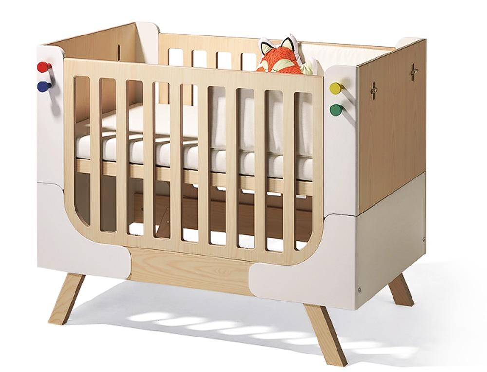 Dětská rostoucí postýlka Family Garage (Richard Lampert), překližka zjedlové/smrkové dýhy, rozměr postýlky 125 × 75 × 101 cm, rozměr postele 165 × 75 × 52 cm, cena na dotaz, www.space4kids.cz