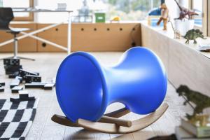 Houpačka Locker (Richard Lampert), více barevných variant, 100% recyklovatelný polyester amasivní dub, 78 × 43 × 47 cm, cena 7800Kč, www.space4kids.cz