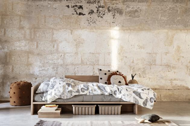 Postel Kona je inspirována japonským nábytkem (Ferm Living), dubové dřevo, 207 × 65 × 97 cm, cena na dotaz, www.designville.cz