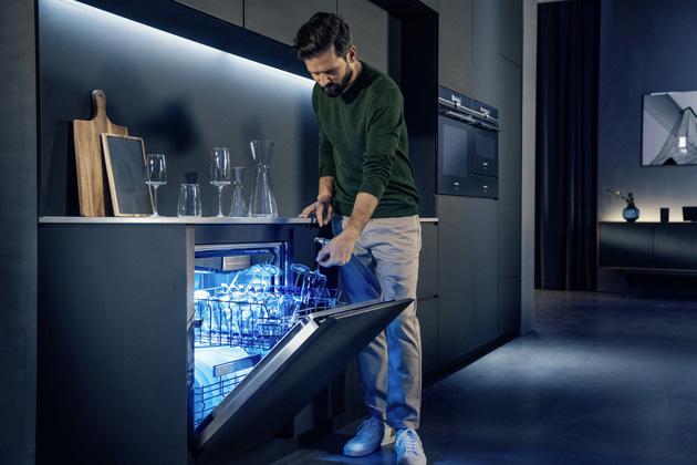 Siemens představuje nové modely myček nádobí v jedinečném designu, sprvotřídní výbavou a špičkovými technologiemi, které určují současné i budoucí trendy. Všechny nové myčky – od základních modelů až po prémiové produkty – jsou vybavené technologií Home Connect, díky které lze spotřebiče kontrolovat aovládat kdykoli a odkudkoli přes mobilní telefon, tablet nebo hlasové asistenty. Seznamte se svýjimečnou německou kvalitou.