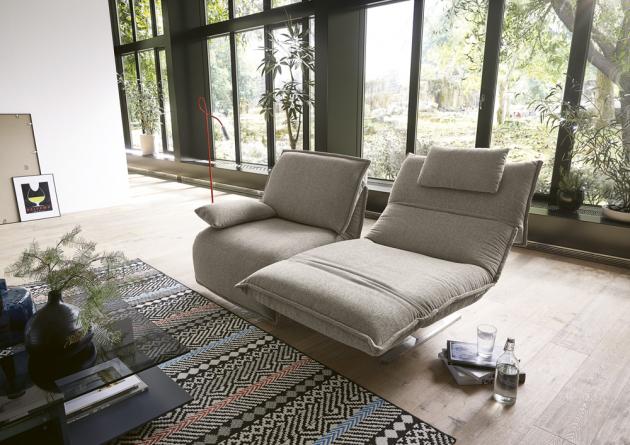 Modulární sezení Evia Free Motion (Koinor), kovová základna, možnost výběru čalounění látkou či kůží, cena od 114 240 Kč,  www.homestyle.cz
