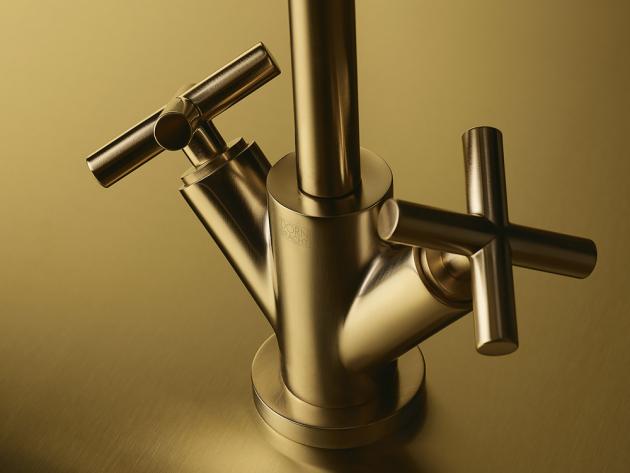 Elegantní Tara má geometricky jasné tvary, štíhlé rozety a páky a ostřejší celkové kontury. Vybírat můžete z více barev, kromě několika odstínů kartáčovaných kovů je k dispozici také v bílé a černé. Nově je nyní v nabídce také luxusní provedení s názvem brushed Durabrass (kartáčovaná mosaz), jehož povrch obsahuje 23karátové zlato.