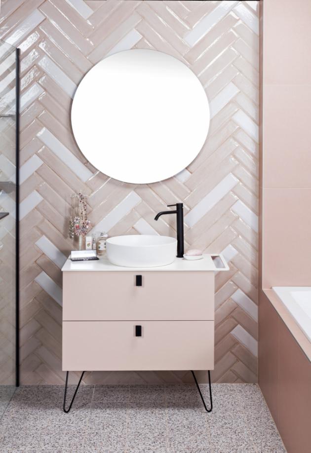 Dámská varianta koupelny s prvky art deca sází na něžné pudrové barvy