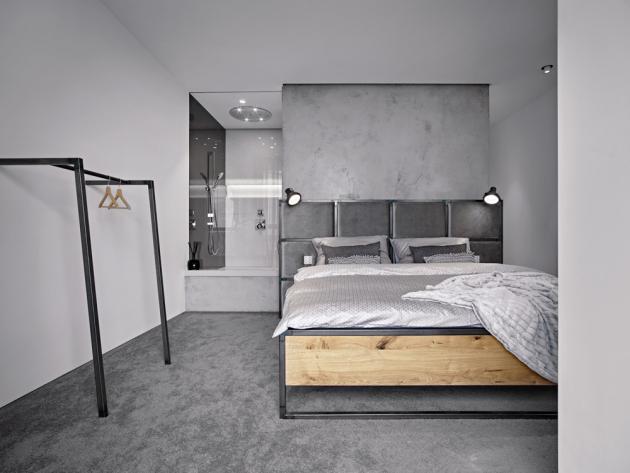 Součástí ložnice je přilehlá koupelna oddělená kouřovým sklem