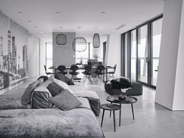Neuhlazený vzhled interiéru vhodně doprovází betonová stěrka